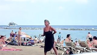 Crazy woman decides to piss on the beach sand--_short_preview.mp4