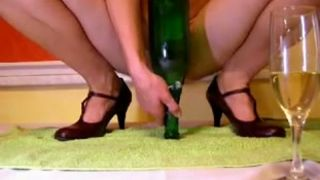 Perverted amateur lady used green glass bottle to fuck her own meaty cunt--_short_preview.mp4